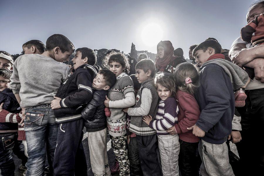 Barn i flyktinglägret på Lesbos står i matkö.