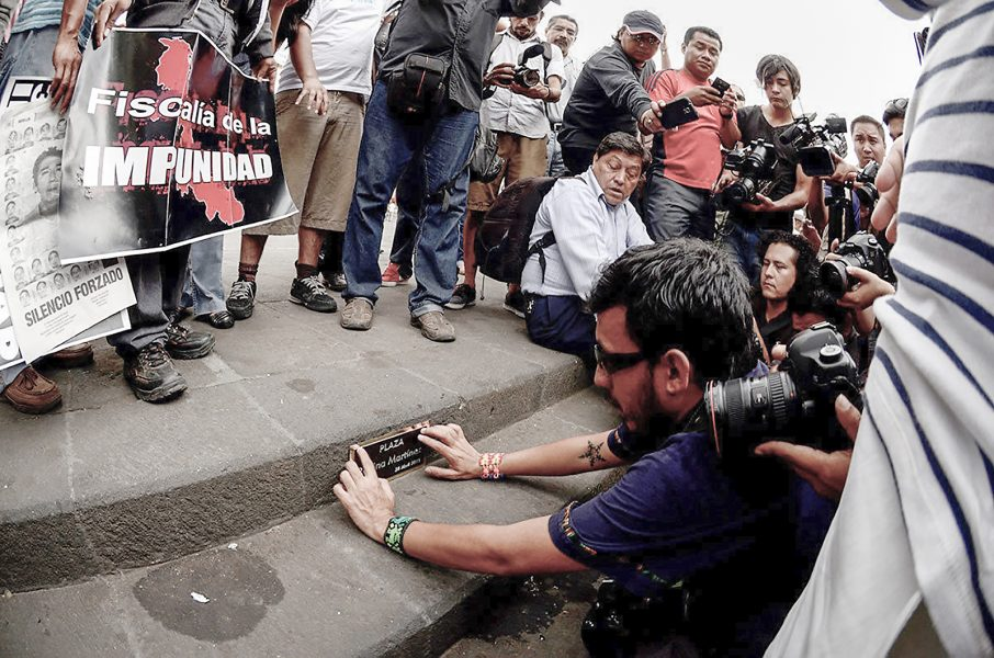 Roger López/IPS   Den mexikanska fotografen Rubén Espinosa sätter upp en minnesplakett tillägnad journalisten Regina Martinez i april 2015 i staden Xalapa.