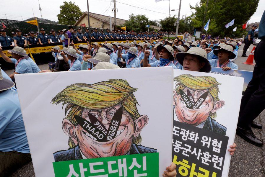 Ahn Young-Joon/AP/TT | Protester framför en amerikansk militärbas i Sydkorea mot Donald Trumps uppskruvade retorik gentemot Nordkorea.