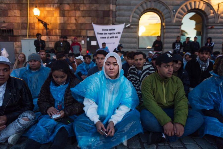 TT | Hundratalet ensamkommande ungdomar sittstrejkar på Mynttorget i Stockholm.