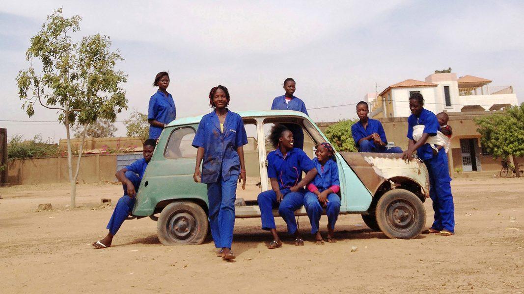 Folkets bio | Ouaga girls – en film av Theresa Traore Dahlberg hade premiär via Folkets bio 25 augusti.