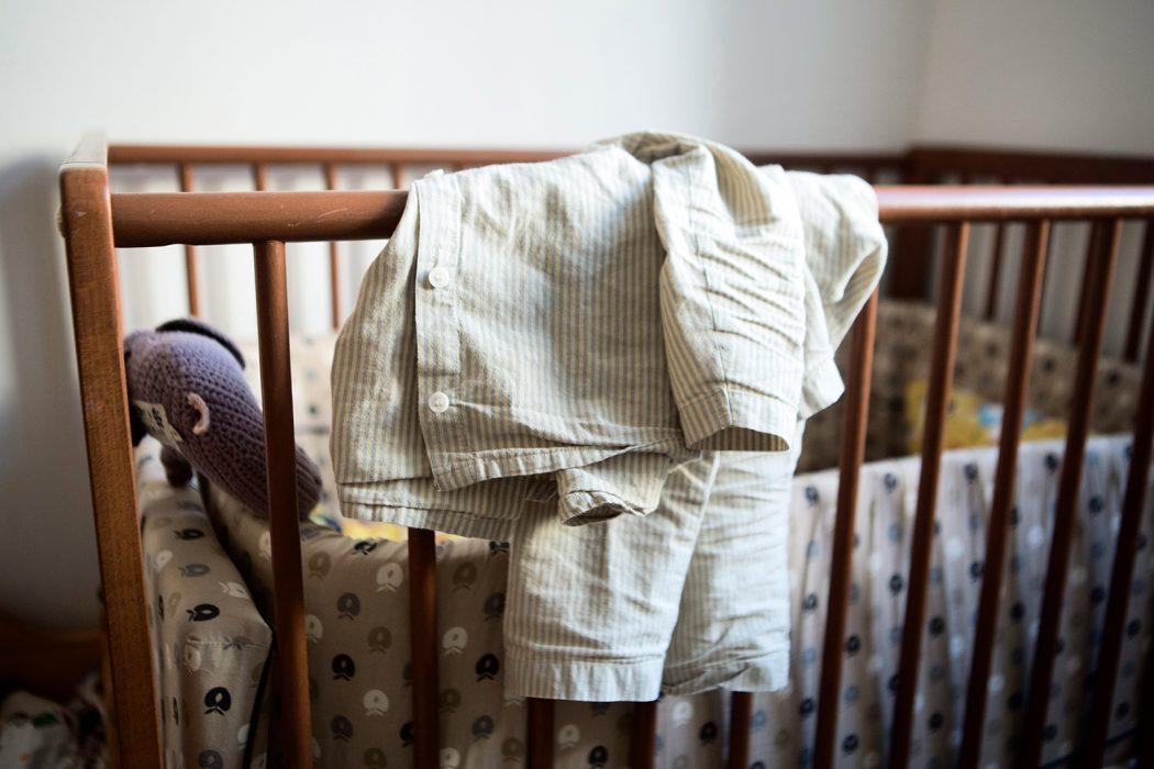 7b4e2619f961 Sigges pyjamas hänger redo på sängen. Kläderna är ekologiska och innehåller  inga gifter som annars kan finnas i nya kläder.Foto: Malin Palm