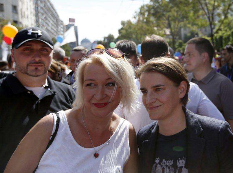 Darko Vojinovic/TT   Ana Brnabic, till höger, i pridetåget.