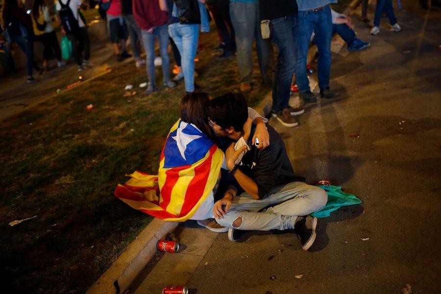 Francisco Seco/AP/TT   En kram under en manifestation för katalansk självständighet den 11 oktober.