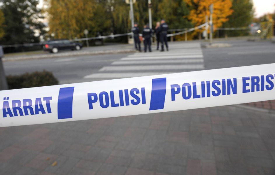 Fredrik Sandberg/TT |  Polis bevakar demonstranterna i Tammerfors.