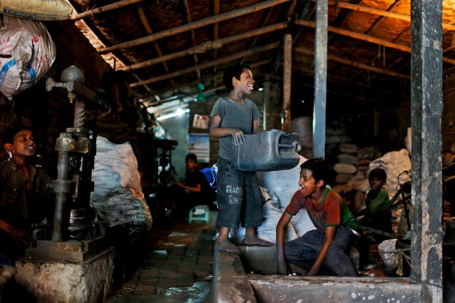 Foto: A M Ahad/AP/TT | Barnen på en metallfabrik i Dhaka tar sig tid att tôla en stund under det tôliga arbetet.