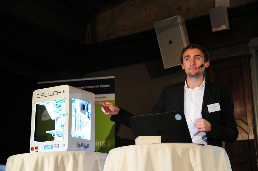 Foto: Jonas Förare, Swetox | Gusten Danielsson visar upp Cellinks 3D-bioskrivare på Swetox konferens.