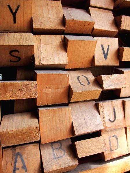 Malin Bergendal | Du kan göra bokstavsbrickor av trä eller kartong, eller så använder du bokstavsklotsar, plockar sönder gamla tangentbord eller lånar bokstavsbrickorna från ett alfapet- eller scrabble-spel.