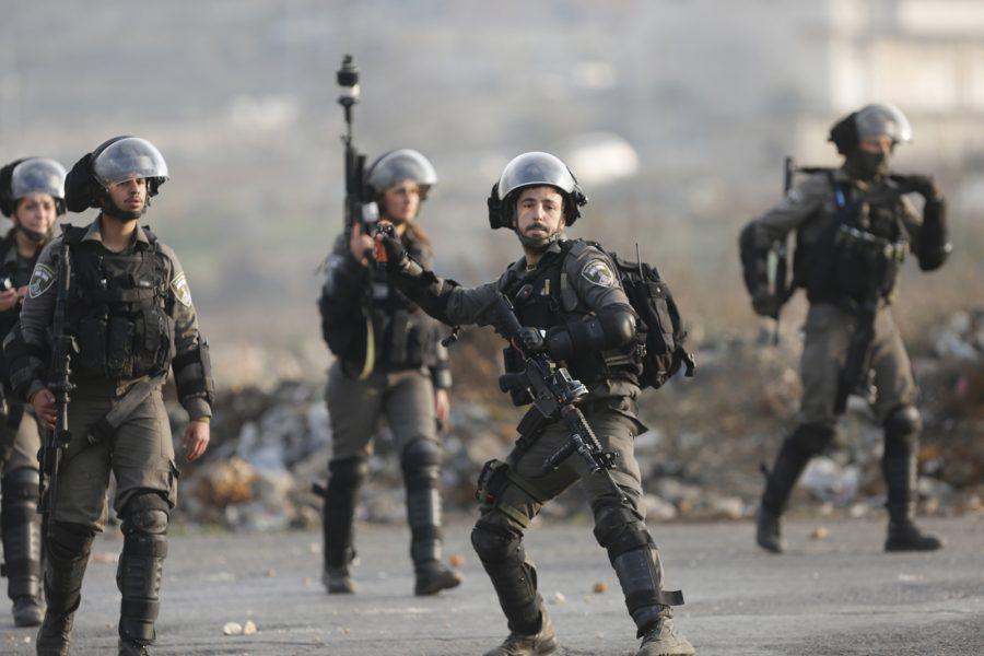 Nasser Shiyoukhi/AP/TT   Israeliska soldater under sammandrabbningar med palestinier vid protester i fredags mot USA:s president Donald Trumps beslut att erkänna Jerusalem som Israels huvudstad.