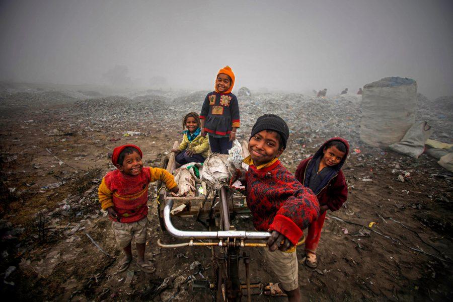 Altaf Qadri/AP/TT | Om ett globalt basinkomstsystem genomförs kommer fattigdomen att utrotas på 15 år, skriver Leif Drambo.