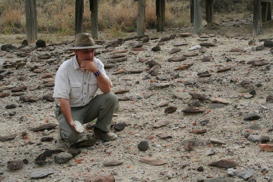 Smithsonian |Rick Potts från Smithsonian Institution i USA betraktar handyxorna på marken i Olorgesailie i Kenya.