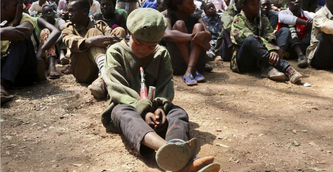 Sam Mednick/TT |Ett sydsudanesiskt barn som varit soldat vid en befrielseceremoni i februari, där han och andra barn lagt ner de vapen de tvingats bära.