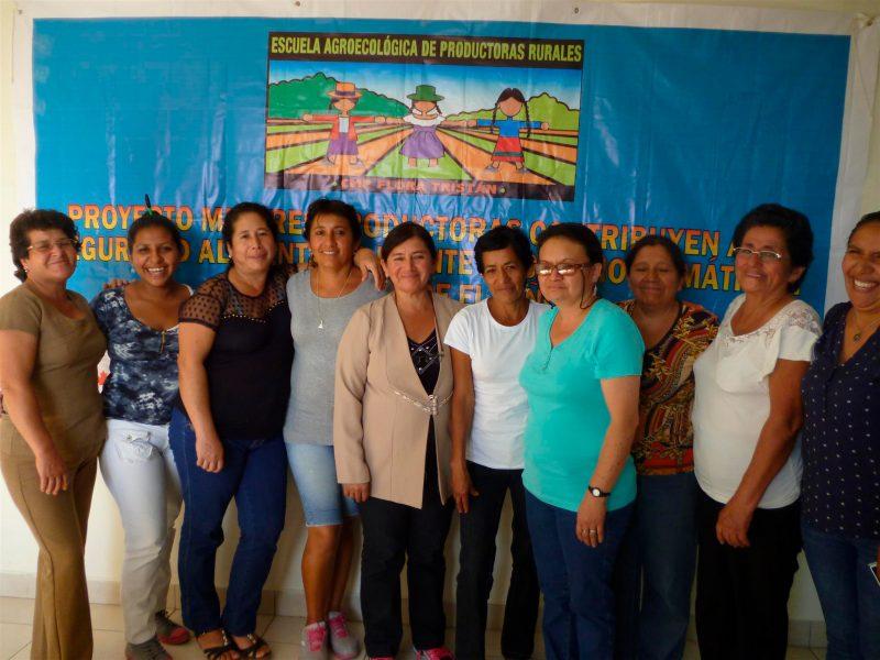 Mariela Jara/IPS   Rosa Rojas (andra från höger) tillsammans med flera av de kvinnor som blivit utbildade i ekologisk odling i provinsen Piura.