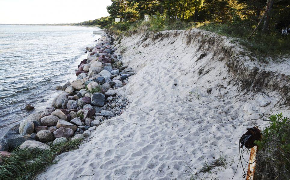 Johan Nilsson/TT | Stigande havsnivåer och stranderosion är ett växande problem, främst i södra Sverige.