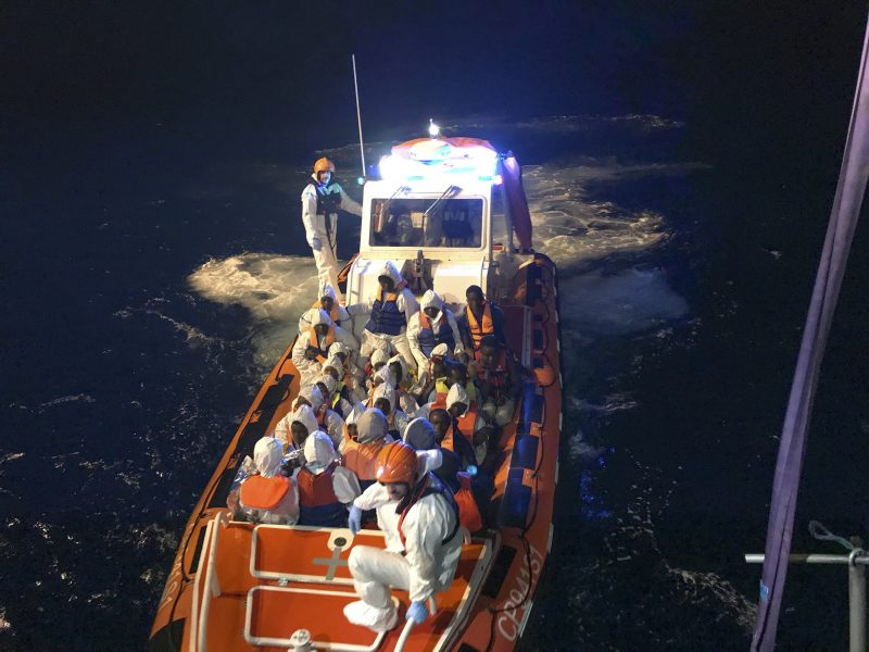 Kustbevakningen   När andra länder stänger gränserna för båtflyktingar så fortsätter Spanien att ta emot dem.