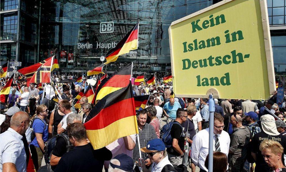 Alternativ für Deutschland demonstrerar framför Berlin Hauptbahnhof.