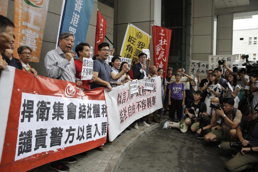 Aktivister utanför polisens högkvarter i Hongkong i juli i år.