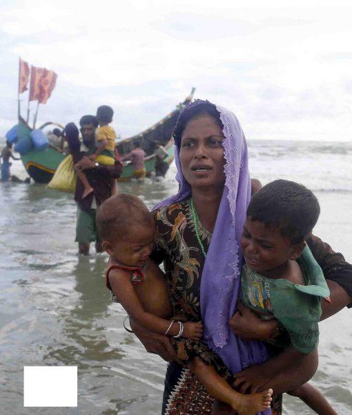 Rohingyaflyktingar anländer med båt efter att ha tagit sig över floden Naf, som skiljer Bangladesh och Burma åt.