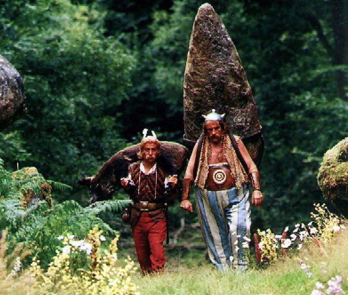 AP/TT |Asterix och Obelix, i Christian Claviers och Gerard Depardieus version, på väg genom skogen.