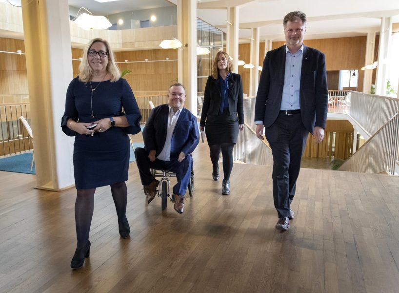 Thomas Johansson/TT | Allianskollegorna Helene Odenjung (L), David Lega (KD), Emmyly Bönfors (C) och Axel Josefson (M), som nu fått igenom sin budget i kommunfullmäktige.
