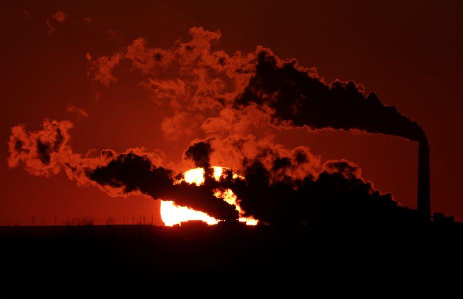 Röken stiger från ett kolkraftverk nära St.