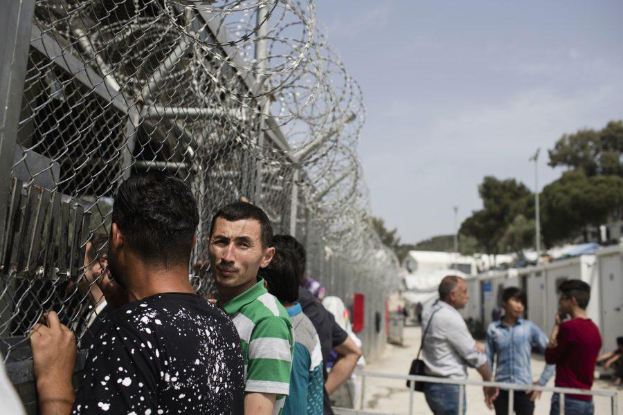 Migranter väntar på att få söka asyl vid ett center i flyktinglägret Moria på Lesbos i Grekland, maj 2018.