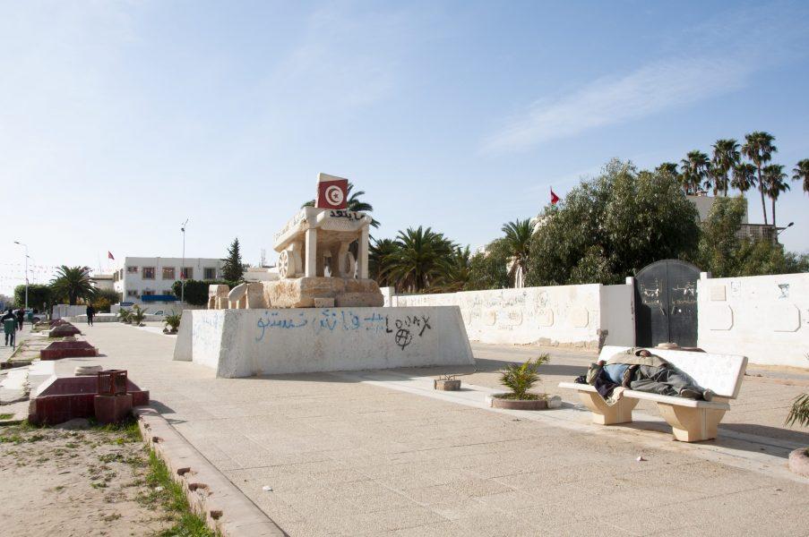 Ett monument har rests på torget i Side Bouzid där grönsakshandlaren Mohamed Bouazizi brukade stå.
