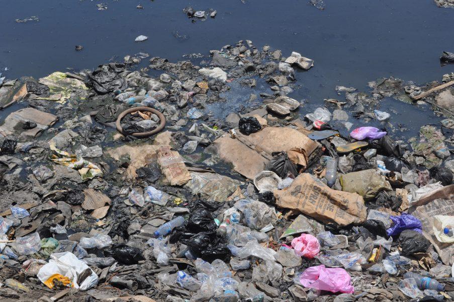 Plast förorenar haven och hotar marina ekosystem.