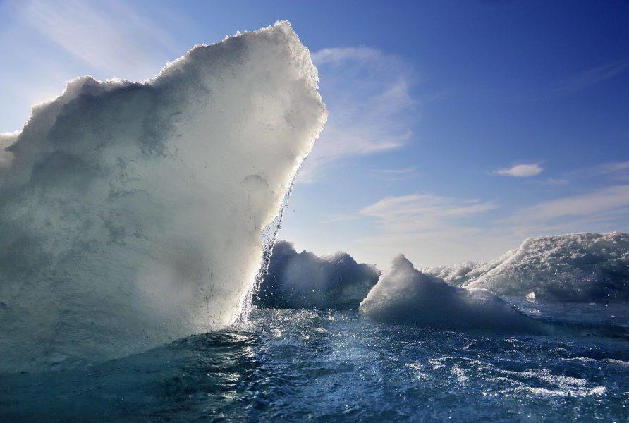 Bild tagen från den finländska isbrytaren MSV Nordica i Victoria Strait, Kanada, sommaren 2017.
