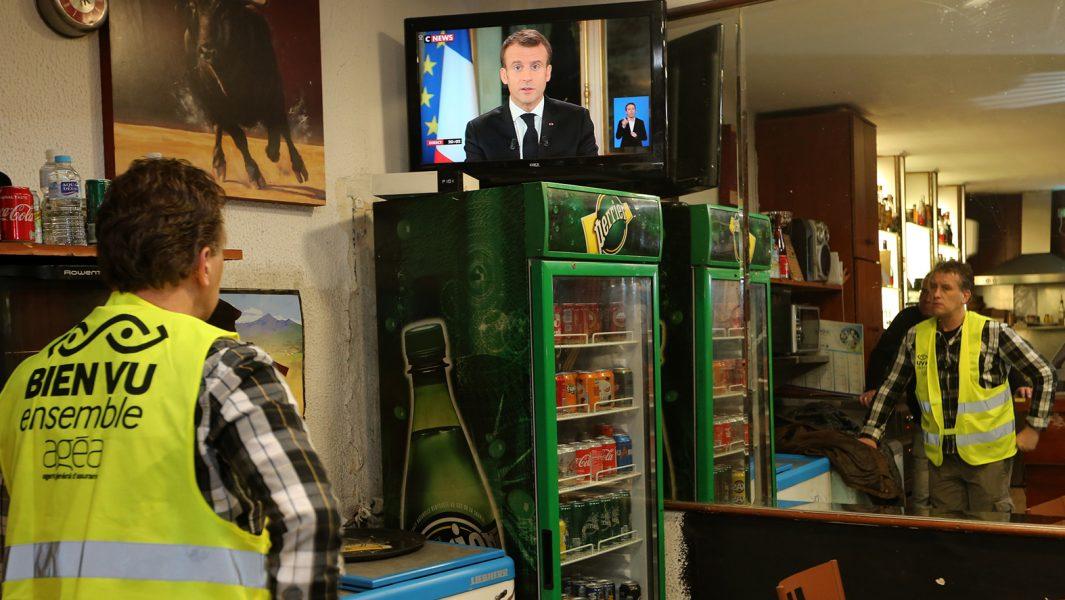 Yohann Piedagnel i Hendaye, sydvästra Frankrike, ser Macrons hett efterlängtade tv-tal.