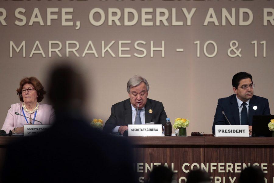 FN:s generalsekreterare António Guterres, tillsammans med FN:s särskilda sändebud Louise Arbor, och Marockos utrikesminister Nasser Bourita vid mötet i Marrakesh.
