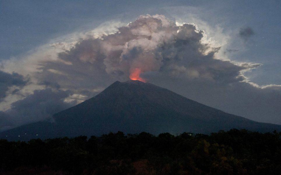 Lava sprutar ut ur Mount Agung i Karangasem, Bali , Indonesien, 29 juni 2018.
