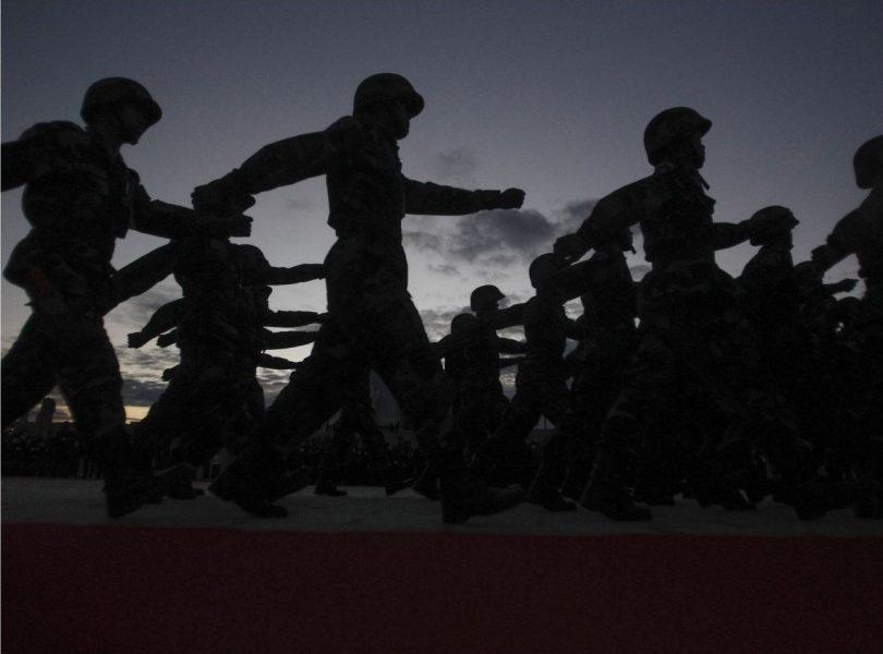 Soldater paraderar i Kambodja – med militarismens glänsande rustning och stenhårt ideologiska kärna, likt de hinduiska gudarna både otaliga och en.