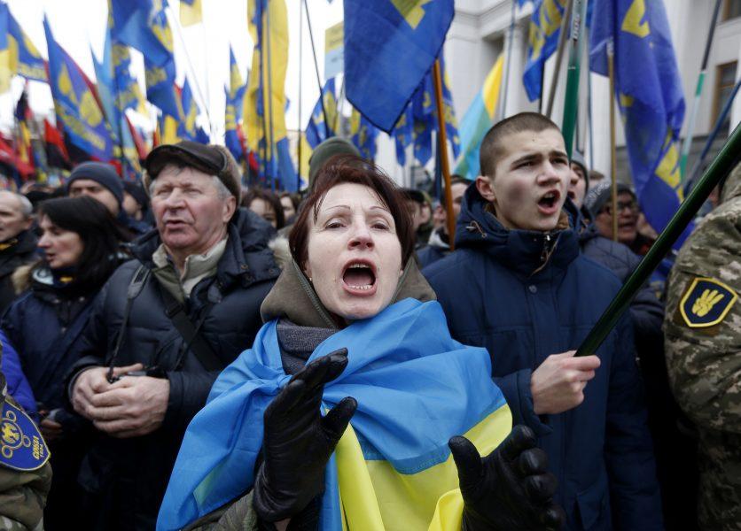 Nationalistgrupp protesterar på Maidantorget utanför det ukrainska parlamentet i Kiev, 2017.