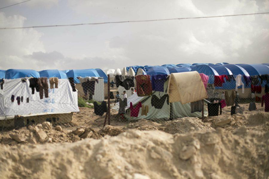 Tvätt hänger på tork i lägret al-Hol i Syrien där anhöriga till många utländska IS-medlemmar hålls fångna.