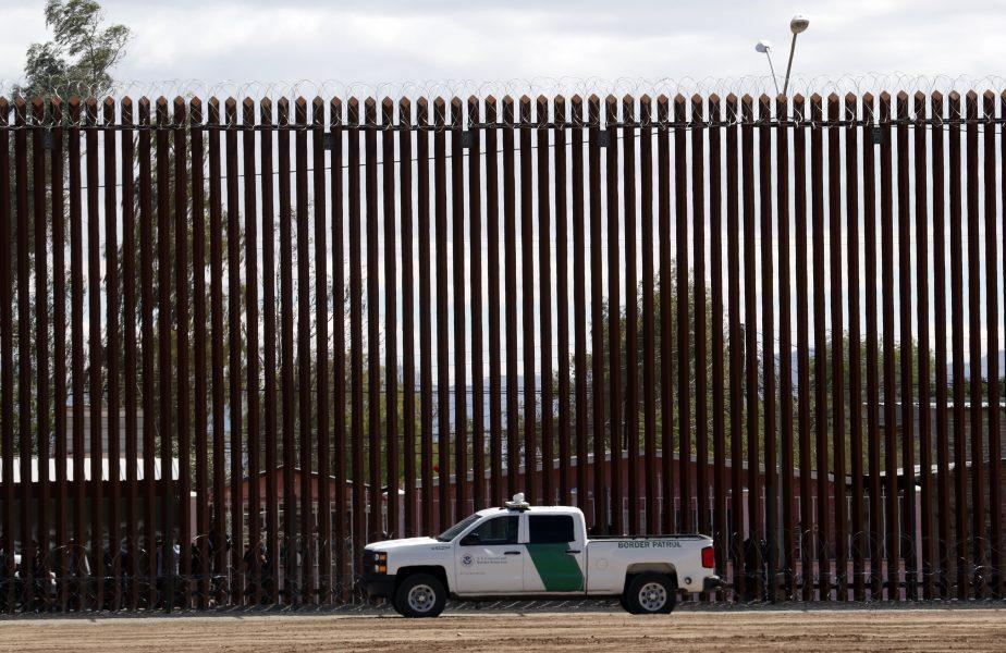 En amerikansk gränspolis vid muren mellan USA och Mexiko.