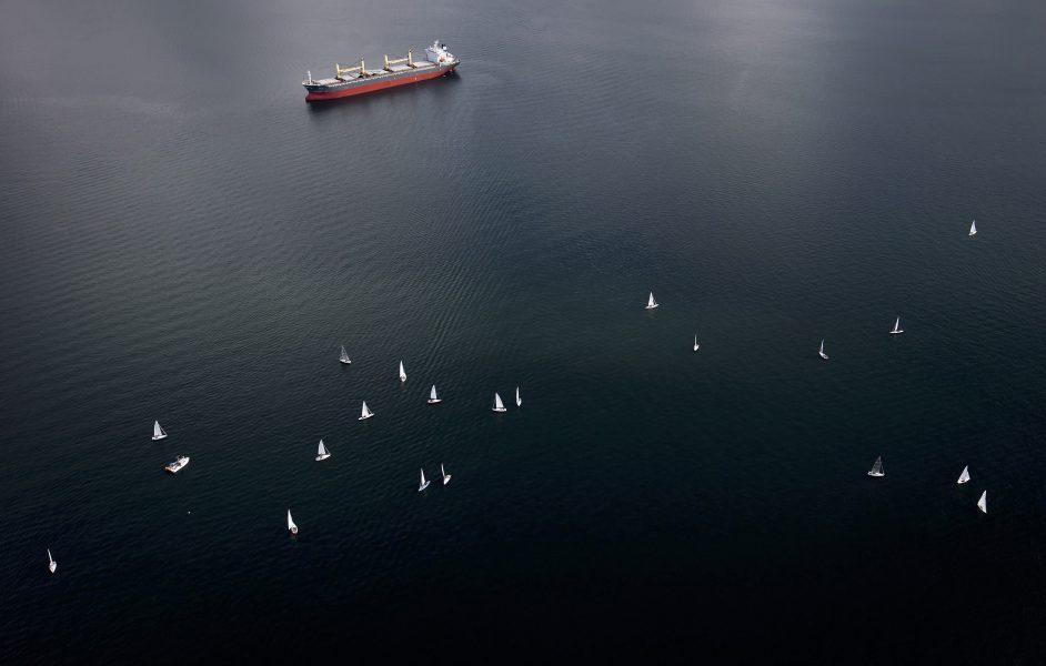 Nästan alla fartyg, omkring 95 procent, kör fortfarande på det traditionella bränslet HFO, eller så kallad tjockolja – en restprodukt som bildas efter att raffinaderierna har utvunnit andra produkter såsom bensin, diesel och fotogen.