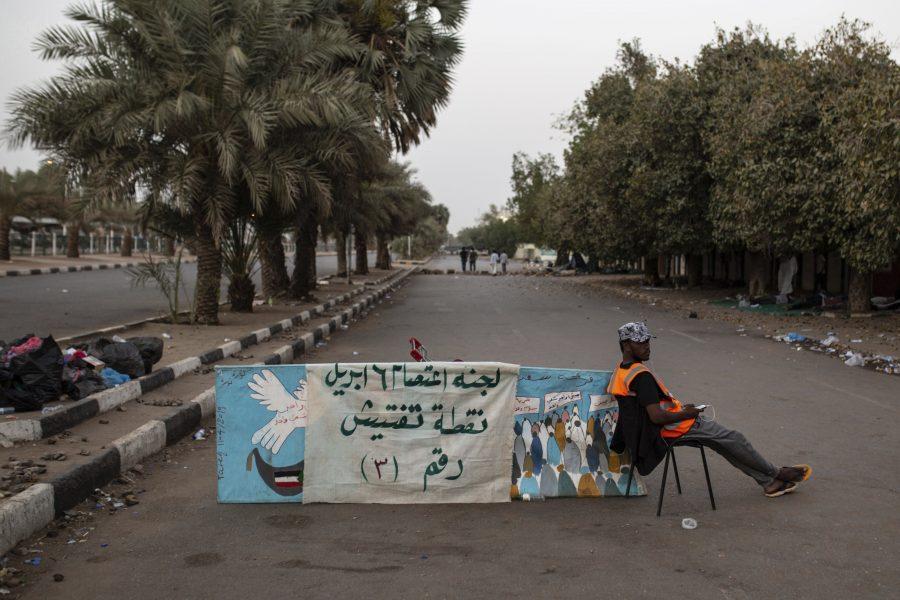 En demonstrant vid en vägspärr I Khartum.