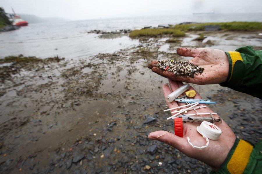 Plast som kommit iland via havet.