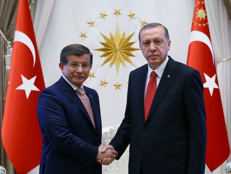 Turkiets tidigare premiärministern Ahmet Davutoglu och president Recep Tayyip Erdogan på en bild från 2016.
