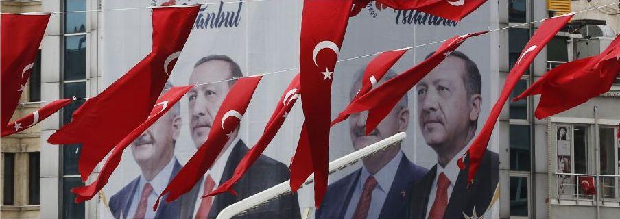 Binali Yildirim, till vänster om Erdogan, och regeringspartiet AKP förlorade i lokalvalet i Istanbul.