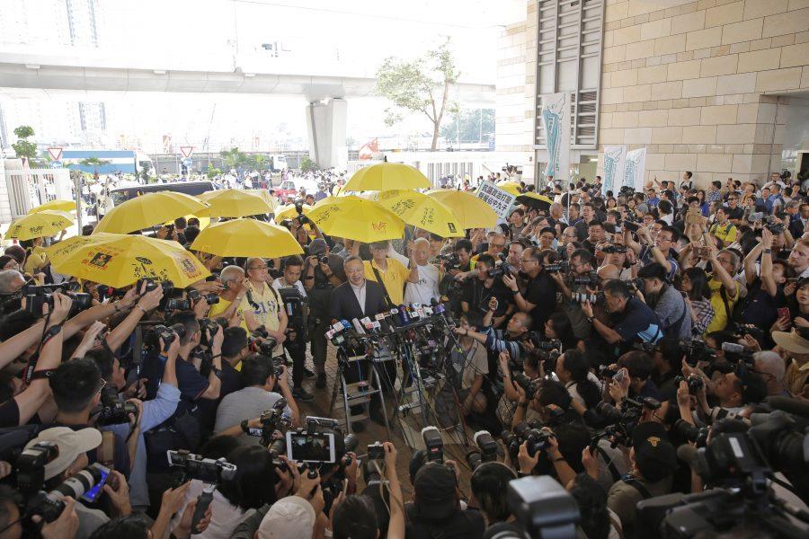 Benny Tai håller ett tal för anhängare innan han ska gå in till domstolssalen för att höra om straffet.