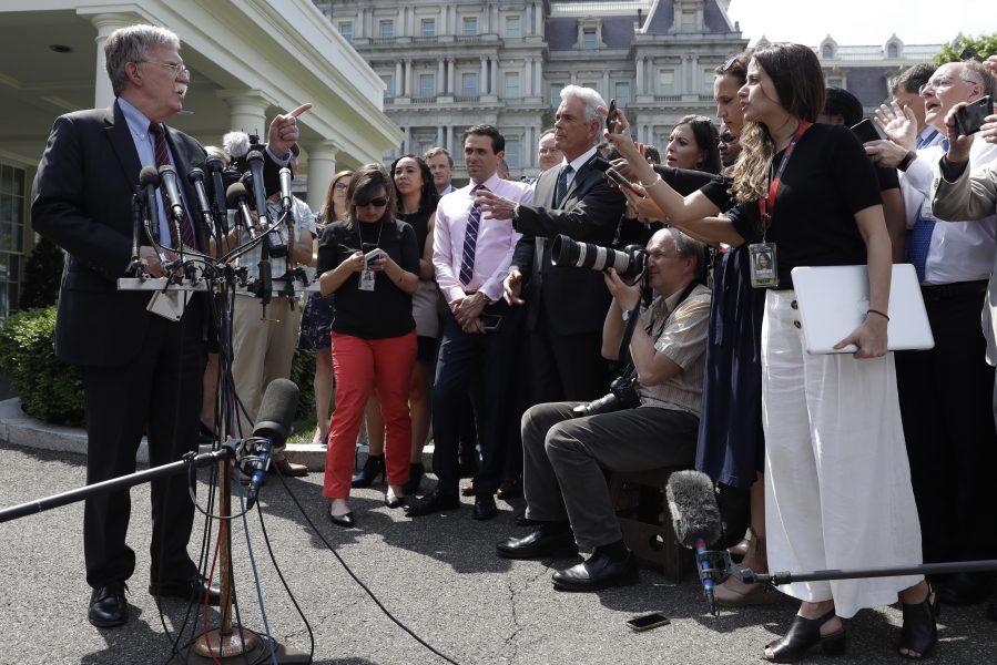 USA:s nationelle säkerhetsrådgivare John Bolton säger att krafter inom Venezuelas regim samtalar med oppositionen om en fredlig övergång av makten.