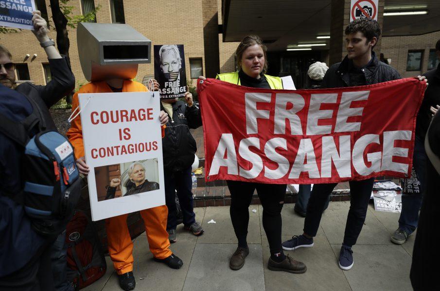 En grupp aktivister dök upp utanför domstolen där Julian Assange nu har fått sitt straff.