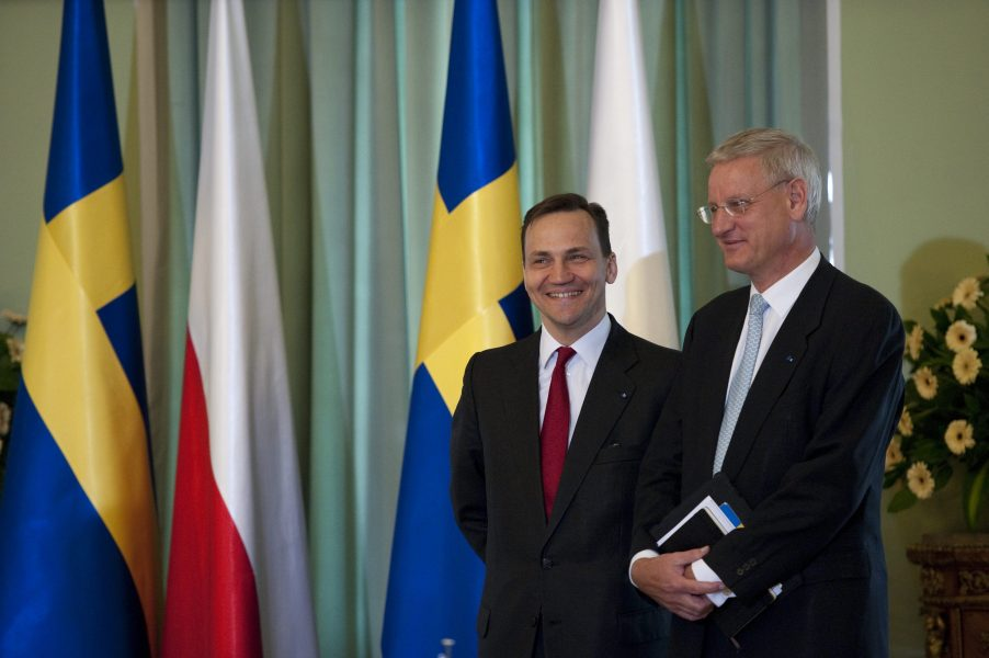 Dåvarande utrikesministrarna Radek Sikorski och Carl Bildt vid ett polskt-svenskt möte i Warszawa 2011.
