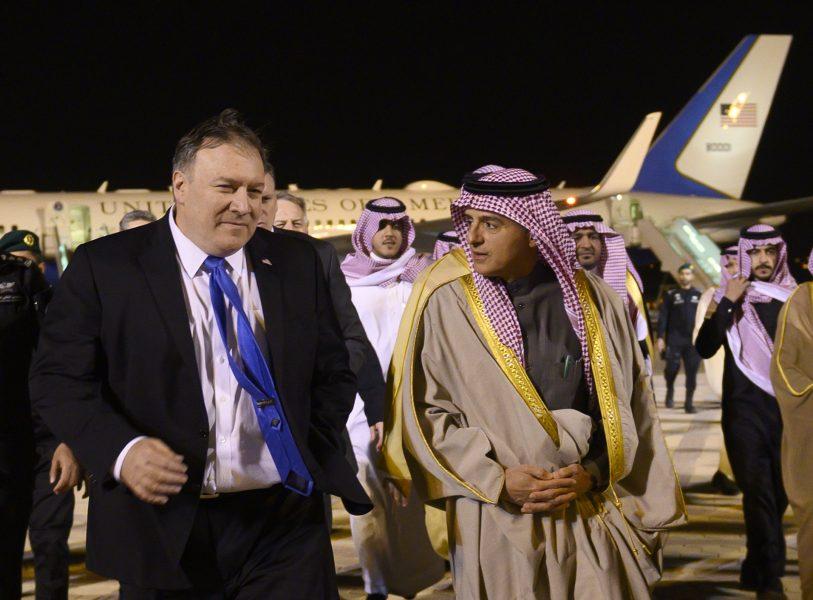 Adil al-Jubayr (till höger) i samband med ett besök av USA:s utrikesminister Mike Pompeo (till vänster) i vintras.