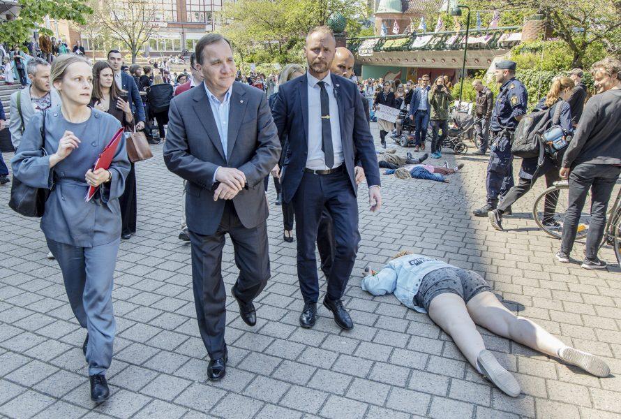 Aktivister från Extinction rebellion uppmärksammar klimatkrisen genom att spela döda när statsminister Stefan Löfven lämnar ett möte i Malmö stadshus.