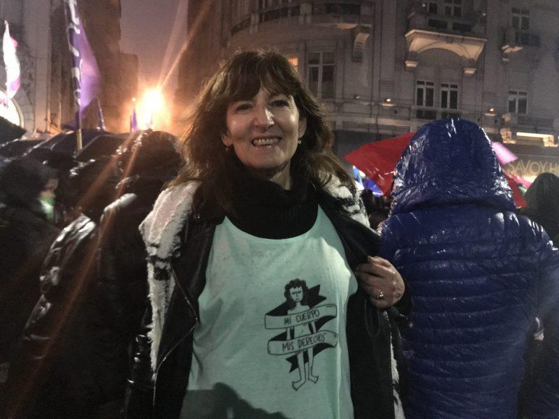 """En demonstrant i Buenos Aires bär en T-shirt med texten """"Min kropp, mina rättigheter"""", ett av slagorden i den så kallade gröna vågen för aborträtten."""