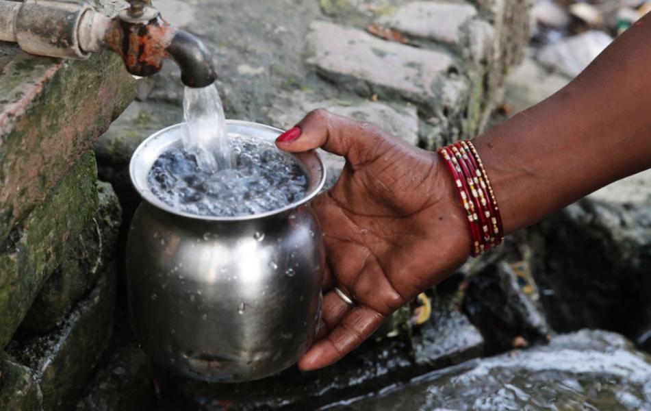 Foto: Rajesh Kumar/AP/TTÖver 700 miljoner människor saknar tillgång till rent dricksvatten.