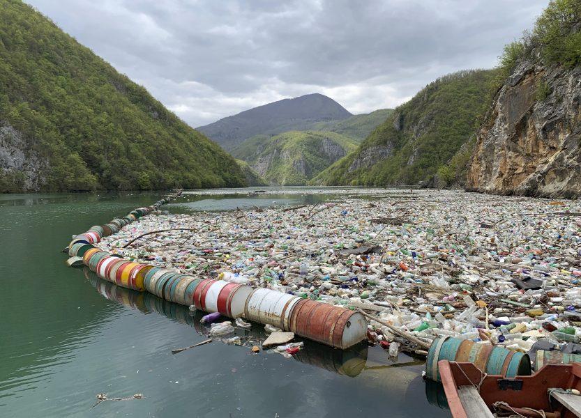 Floden Driva fylls igen av plast, metall och annat avfall.